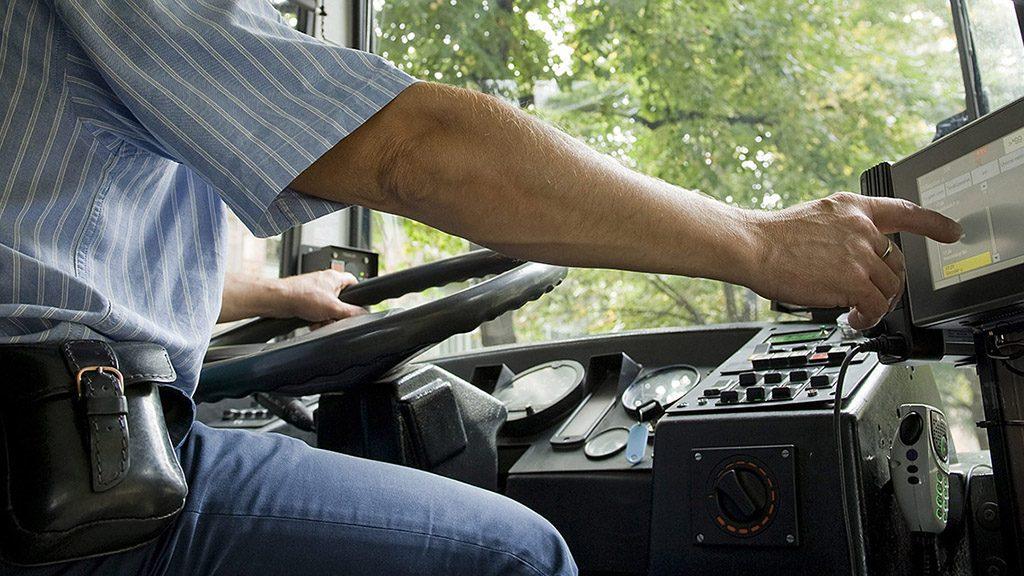Budapest, 2012. szeptember 18.Juhász János buszvezető oktató kezeli a Budapesti Közlekedési Központ (BKK) Forgalomirányítási és utastájékoztatási rendszer (Futár) projekt fedélzeti számítógépét a BKV buszán, amelynek fejlesztését 2012. szeptember 18-án mutatták be és jövő évtől kezdi kiépíteni a Synergon a fővárosi buszokon.MTI Fotó: Koszticsák Szilárd