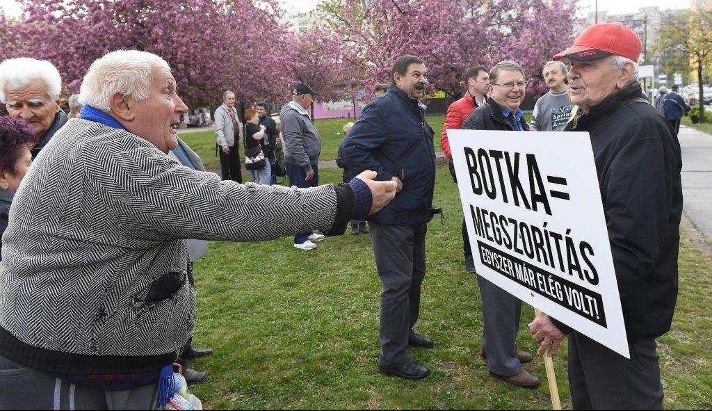 Budapest, 2017. április 5. Támogatók és ellentüntetõk Botka László, az MSZP miniszterelnök-jelöltje, Tegyünk igazságot! Fizessenek a gazdagok! címmel tartott utcafóruma után a XVIII. kerületi Havanna lakótelepen 2017. április 5-én. MTI Fotó: Kovács Tamás