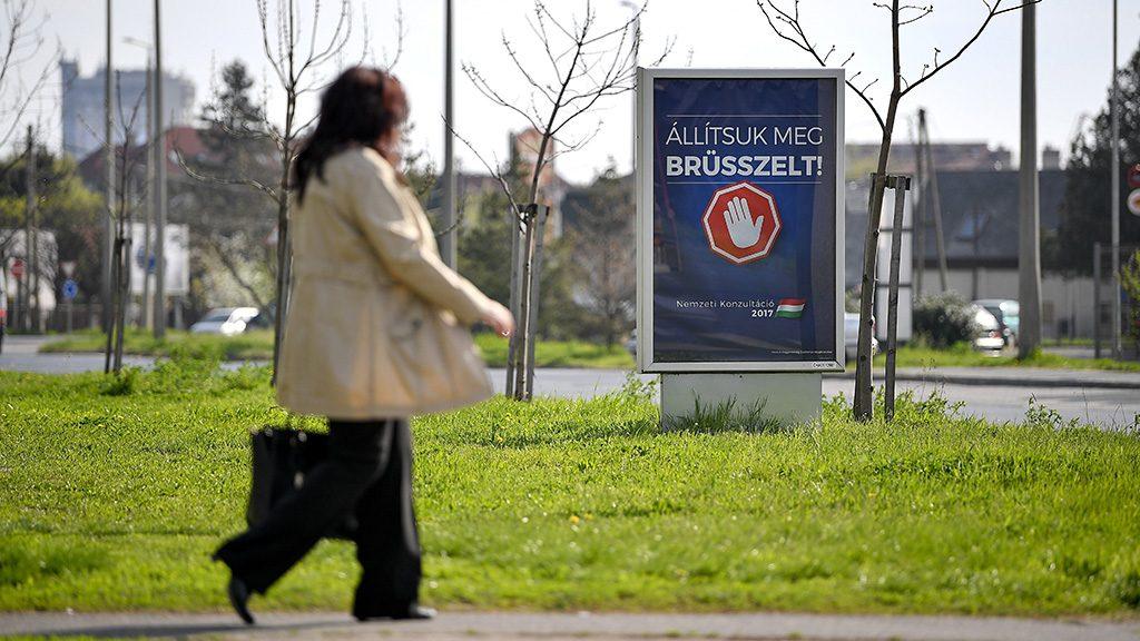 Debrecen, 2017. április 4.A magyar kormány Állítsuk meg Brüsszelt! című nemzeti konzultációját hirdető óriásplakát Debrecenben, a Vincellér utcában 2017. április 4-én.MTI Fotó: Czeglédi Zsolt