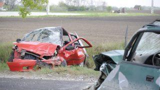 Bugyi, 2017. április 13. Összetört személygépkocsik, miután frontálisan ütköztek a Pest megyei Bugyi közelében 2017. április 13-án. A balesetben négyen megsérültek. MTI Fotó: Mihádák Zoltán