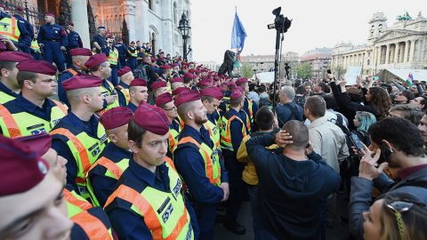 Budapest, 2017. április 4.Rendőrök és demonstrálók a Parlament épülete előtt 2017. április 4-én. Az Oktatási szabadságot csoport Élőlánc a CEU körül címmel meghirdetett demonstrációjának résztvevői közül többen a Közép-európai Egyetemtől az Országházhoz vonultak. Az Országgyűlés ezen a napon módosította a nemzeti felsőoktatásról szóló törvényt, amelynek értelmében a jövőben akkor működhet oklevelet adó külföldi felsőoktatási intézmény Magyarországon, ha működésének elvi támogatásáról államközi szerződés rendelkezik.MTI Fotó: Balogh Zoltán