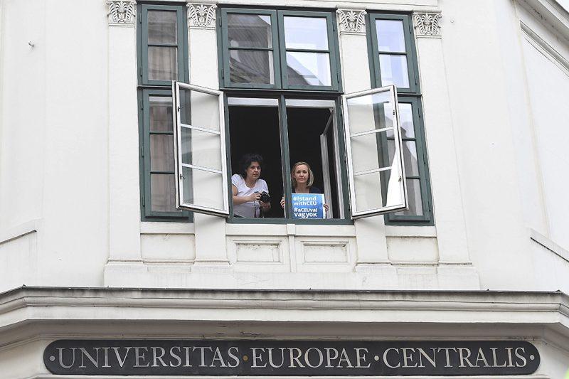Budapest, 2017. április 4.Résztvevők az Oktatási szabadságot csoport Élőlánc a CEU körül címmel meghirdetett demonstrációján az egyetem ablakában, miután az Országgyűlés módosította a nemzeti felsőoktatásról szóló törvényt 2017. április 4-én. A módosítás értelmében a jövőben akkor működhet oklevelet adó külföldi felsőoktatási intézmény Magyarországon, ha működésének elvi támogatásáról államközi szerződés rendelkezik.MTI Fotó: Kovács Tamás