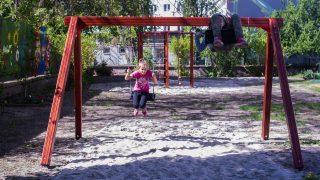 Budapest, 2017. április 6. Az Egységes Magyarországi Izraelita Hitközség (EMIH) szeretetszolgálata, a Cedek által, a Munkaadók és Gyáriparosok Országos Szövetsége (MGYOSZ) támogatásával, a Fecske átmeneti gyermekotthonnak épített új játszótér 2017. április 6-án. MTI Fotó: Kallos Bea