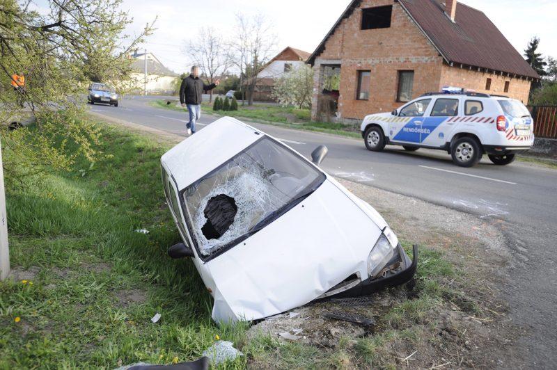 Verseg, 2017. április 7. Összetört, árokba borult személyautó a Pest megyei Versegen, a Fõ úton 2017. április 7-én. A gépjármûvet egy idõsebb férfi vezette, akire ráborult az autó, és a helyszínen belehalt sérüléseibe. MTI Fotó: Mihádák Zoltán