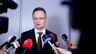 Gyöngyöshalász, 2017. április 7. Szijjártó Péter külgazdasági és külügyminiszter újságíróknak nyilatkozik Gyöngyöshalászon, az Apollo Tyres gumiabroncsgyárának avatása után 2017. április 7-én. A külügyminiszter szerint amerikai-orosz megegyezés nélkül nem lehet feloldani a szíriai konfliktust, ám ettõl most vagyunk a legmesszebb. MTI Fotó: Koszticsák Szilárd