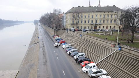 Szeged, 2013. február 14.A szegedi tiszai partfal belvárosi szakasza 2013. február 14-én. Elkezdődik a szegedi partfal rekonstrukciója, az uniós támogatással, 1,8 milliárd forintból megvalósuló beruházásnak köszönhetően a védelmi rendszer a korábbi legnagyobb árvízi szintnél 1,2 méterrel magasabbra épül meg.MTI Fotó: Kelemen Zoltán Gergely