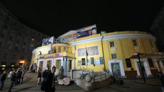 Budapest, 2012. november 23. A Corvin mozi épülete díszkivilágításban 2012. november 23-án. Moziéjszakával ünnepli megnyitásának 90. évfordulóját 2012. november 23-án a budapesti filmszínház. A délután 6 órától reggelig tartó nonstop vetítéssorozatban több mint tucatnyi produkciót láthat a közönség. MTI Fotó: Máthé Zoltán