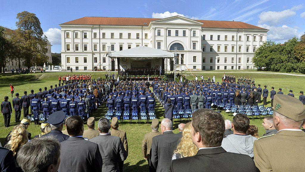 Budapest, 2015. szeptember 7.A Nemzeti Közszolgálati Egyetem (NKE) tanulói esküt tesznek a felsőoktatási intézmény tanévnyitó ünnepségén Budapesten, a VIII. kerületi Orczy-parkban 2015. szeptember 7-én.MTI Fotó: Máthé Zoltán