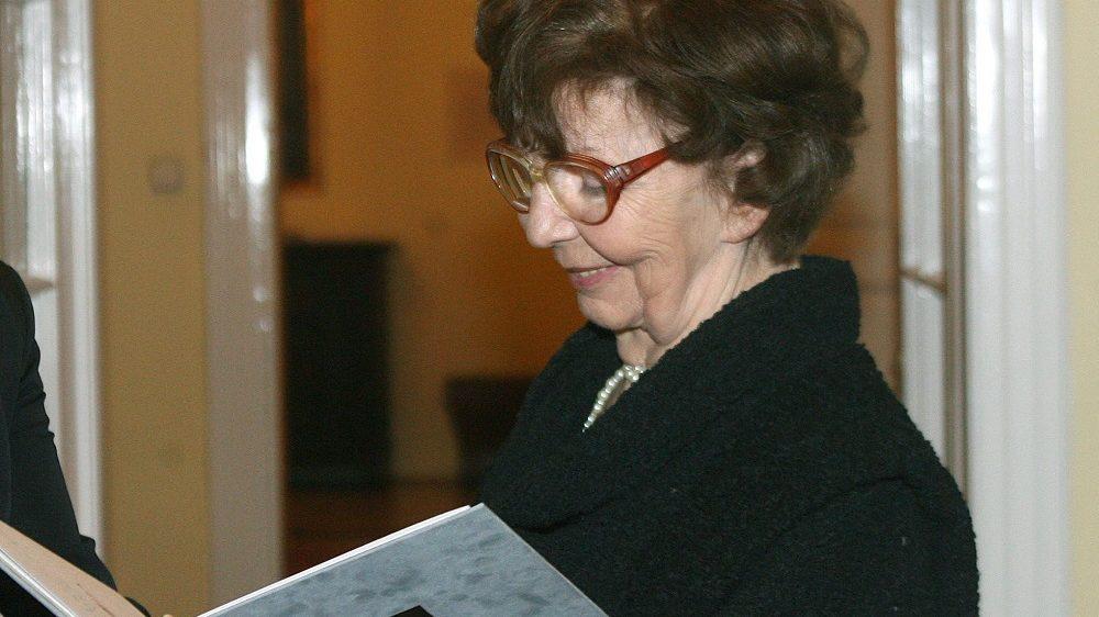 Budapest, 2007. december 11. Schneider Márta az Oktatási és Kulturális Minisztérium oktatási szakállamtitkára (b) átadja az Aese-díjat Tanai Bellának, a Vígszínház mûvészének a Bajor Gizi Színészmúzeumban. MTI Fotó: Bruzák Noémi