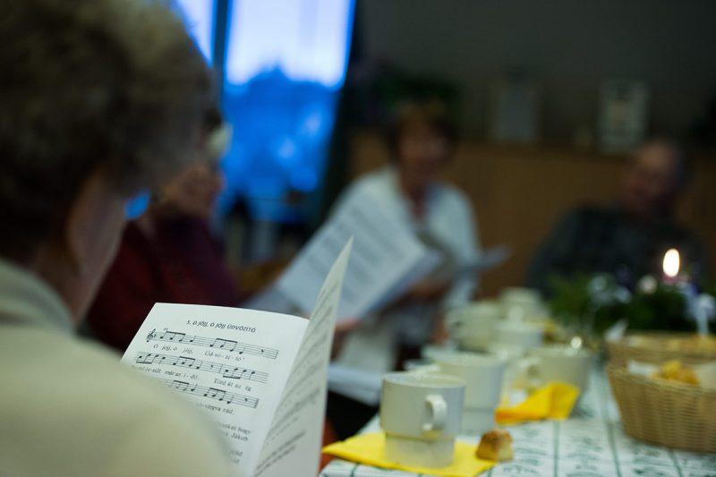 Budapest, 2012. november 29. Az idős otthonlakók énekelnek azon az adventi teadélutánon, amelyet Palotás Rozina tart az otthon lakóinak a főváros II. kerületében található Katolikus Karitász XXIII. János Szeretetotthonában 2012. november 29-én. Palotás Rozina ökumenikus lelkigondozóként dolgozik a máriaremetei idősotthonban. 1992-ben alakult a Klinikai Lelkigondozók Ökumenikus Egyesülete, amely folyamatosan, tanfolyamokon keresztül képez klinikai lelkigondozókat kórházak számára és az idősgondozás területére. Az évek alatt több száz szakember köszönheti az egyesületnek tudását.MTI Fotó: Beliczay László