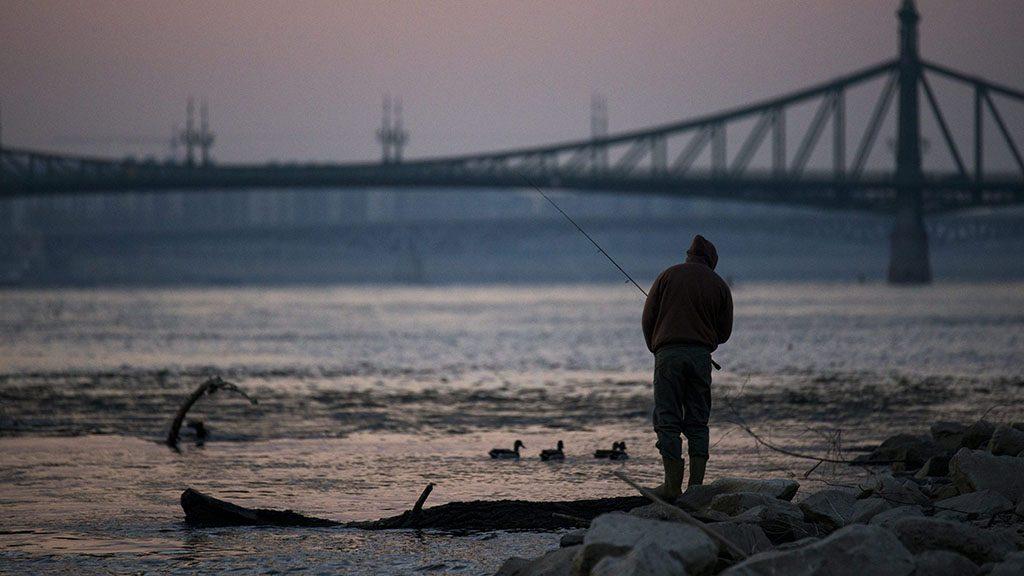 Budapest, 2015. március 21. Horgász a Dunánál, az Erzsébet híd lábánál 2015. március 21-én. Az ENSZ március 22-ét nyilvánította a víz világnapjává, amelynek célja a környezet és ezen belül a Föld vízkészletének védelme.MTI Fotó: Balogh Zoltán