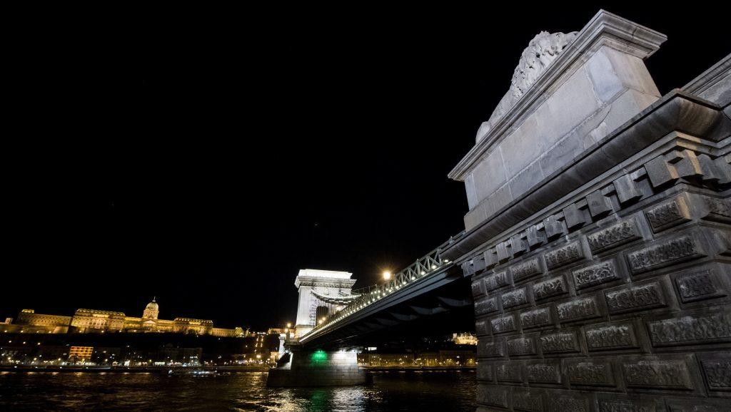 Budapest, 2017. március 25. A kivilágított budai Vár és a Lánchíd a Föld órája elnevezésû akció elõtt 2017. március 25-én este. A Természetvédelmi Világalap (WWF) nemzetközi energiatakarékossági akciójának célja, hogy felhívja a figyelmet a klímaváltozás hatásaira, a globális felmelegedés elleni összefogásra és a Föld védelmére. MTI Fotó: Balogh Zoltán