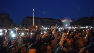Budapest, 2017. április 9. Tiltakozók a Parlament elõtti Kossuth Lajos téren 2017. április 9-én. Az Oktatási szabadságot csoport Szabad ország, szabad CEU, szabad gondolat! címmel meghirdetett demonstrációja után többen a Parlament elõtt maradtak. A demonstráción a nemzeti felsõoktatásról szóló törvény április 4-i módosítása ellen tiltakoztak, amely szerintük ellehetetleníti a Közép-európai Egyetem (CEU) magyarországi mûködését. Ezért arra kérik Áder János köztársasági elnököt, hogy ne írja alá az elfogadott törvényt. MTI Fotó: Balogh Zoltán