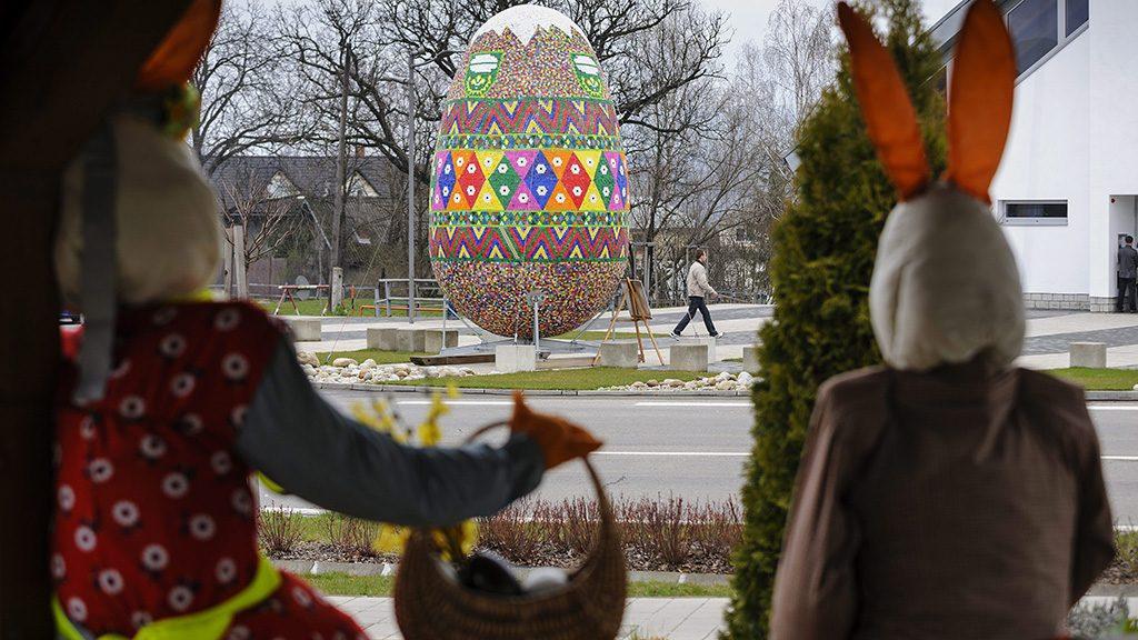 Lemes, 2016. március 28.Közel hatvanezer darab műanyag kupakkal feldíszített óriástojás a szlovákiai Lemes főterén 2016. március 27-én. Egy helyi lakos habszivacsból készítette el a több mint öt méter magas és három méter széles tojást, amelyet már második éve állítanak ki húsvét alkalmából.MTI Fotó: Czeglédi Zsolt