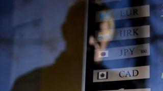 Budapest, 2015. január 15.A valuták rövidítése az árfolyamtáblán egy budapesti pénzváltóban, az Erzsébet téren 2015. január 15-én. Ezen a napon az euró árfolyama 318,89 forintról 322 forint fölé, a dollár árfolyama 272 forintos sávból 277 forintra, a japán jené 2,3100 sávból 2,3623 forintra ugrott. A forint gyengülésének oka vélhetően az volt, hogy a svájci központi bank eltörölte az euróval szembeni árfolyamküszöbét.MTI Fotó: Kovács Tamás