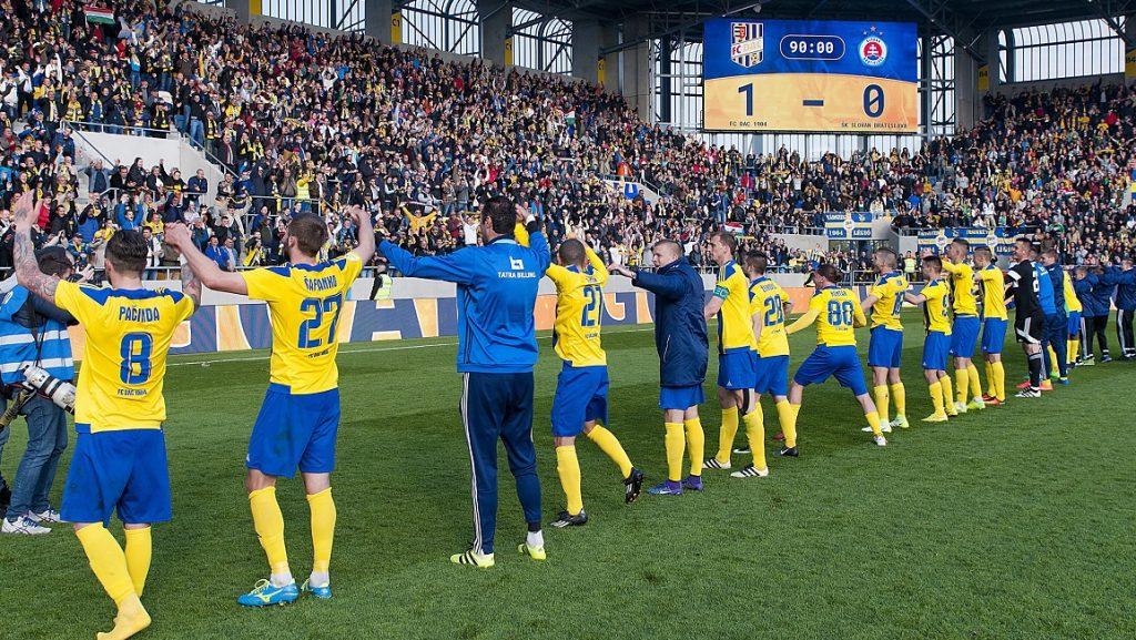 Dunaszerdahely, 2017. április 8. A DAC játékosai ünnepelnek, miután a szlovák labdarúgó-bajnokságban játszott mérkõzésen 1-0-ra nyertek a Slovan csapata ellen a dunaszerdahelyi DAC Arénában 2017. április 8-án. MTI Fotó: Krizsán Csaba