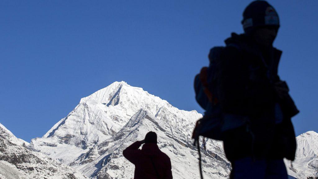 Namche Bazaar, 2017. április 4.A Himalája hatezer méter feletti csúcsai, az Everest-csoport a nepáli Namche Bazaar közelében 2017. április 2-án. Klein Dávid és Suhajda Szilárd hegymászók részvételével 2017. március 27-én indult el Budapestről a Magyar Everest Expedíció 2017, melynek célja a Föld legmagasabb csúcsa, a 8848 méter magas Mount Everest (Csomolungma) elérése oxigénpalack nélkül, elsőként a magyar expedíciós hegymászás történetében.MTI Fotó: Mohai Balázs