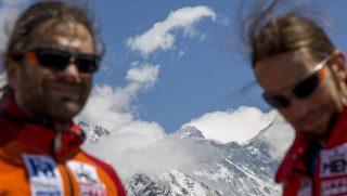 Namche Bazaar, 2017. április 4.Klein Dávid (b) és Suhajda Szilárd hegymászók, a Magyar Everest Expedíció 2017 tagjai útban az Everest alaptábor felé a nepáli Namche Bazaar közelében 2017. április 1-jén. Az expedíció célja a Föld legmagasabb csúcsa, a 8848 méter magas Mount Everest (Csomolungma) elérése oxigénpalack nélkül, elsőként a magyar expedíciós hegymászás történetében.MTI Fotó: Mohai Balázs