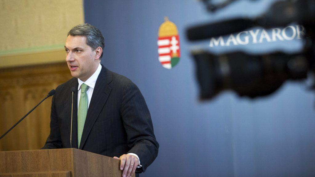 Budapest, 2017. április 27.Lázár János, a Miniszterelnökséget vezető miniszter szokásos heti sajtótájékoztatóját tartja az Országházban 2017. április 27-én.MTI Fotó: Mohai Balázs