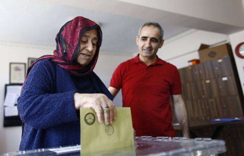 Isztambul, 2017. április 16. Egy nõ leadja voksát a török elnöki rendszer bevezetésérõl tartott népszavazáson egy isztambuli szavazóhelyiségben 2017. április 16-án. (MTI/EPA/Sedat Suna)
