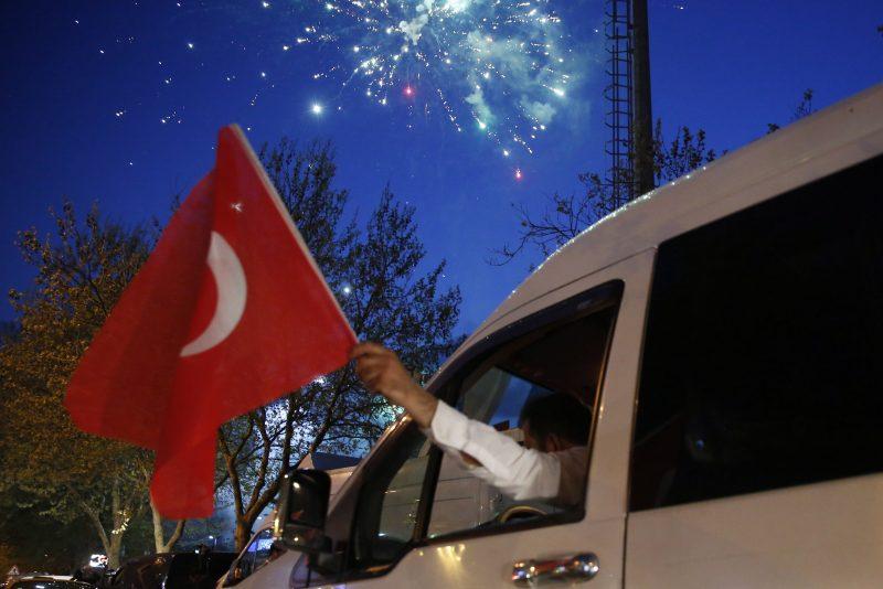Isztambul, 2017. április 16. Török zászlót tartó sofõr az elnöki rendszer bevezetésérõl tartott népszavazás részeredményének ünneplésén a referendum napján, 2017. április 16-án Isztambulban. A szavazatok 98,2 százalékos feldolgozottsága alapján az alkotmánymódosítást támogató igen szavazatok a voksok 51,3 százalékát teszik ki. (MTI/EPA/Deniz Toprak)
