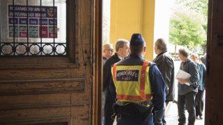 Nyíregyháza, 2017. április 28. Ügyfelek és dolgozók várakoznak a bombariadó ideje alatt a polgármesteri hivatal bejáratánál Nyíregyházán 2017. április 28-án. A megyeszékhely öt intézményét - városháza, megyeháza, kormányhivatal, bíróság, ügyészség - ürítették ki és vizsgálták át bombariadó miatt. MTI Fotó: Balázs Attila