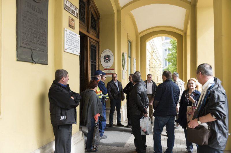 Nyíregyháza, 2017. április 28. Ügyfelek és dolgozók várakoznak a bombariadó ideje alatt a polgármesteri hivatal ügyfélszolgálati centruma elõtt Nyíregyházán 2017. április 28-án. A megyeszékhely öt intézményét - városháza, megyeháza, kormányhivatal, bíróság, ügyészség - ürítették ki és vizsgálták át bombariadó miatt. MTI Fotó: Balázs Attila