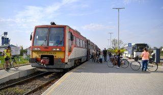 Pocsaj, 2017. április 3. Utasok várakoznak a peronon a Pocsaj-Esztár vasútállomáson 2017. április 3-án. A két település közös vasútállomásán - az országban elsõként – közvetlenül a vasúti peron mellé épült a buszmegálló, ahol április 1-jétõl a menetrend szerint közlekedõ helyközi autóbuszok is megállnak, így megkönnyítve az utasok átszállását. A fejlesztés részeként új akadálymentes vasúti peronokat, buszfordulókat, autóbuszmegállókat, kandelábersort, valós idejû audiovizuális utastájékoztató táblát és térfigyelõrendszert is kiépítettek. Az Észak-magyarországi Közlekedési Központ a vasútállomásról induló vonatokhoz igazítja a buszmenetrendjét, és két új buszjáratot is indít. MTI Fotó: Czeglédi Zsolt