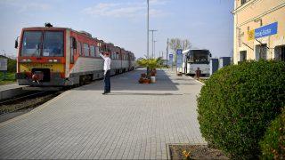 Pocsaj, 2017. április 3. Indul a vonat a Pocsaj-Esztár vasútállomásról 2017. április 3-án. A két település közös vasútállomásán - az országban elsõként – közvetlenül a vasúti peron mellé épült a buszmegálló, ahol április 1-jétõl a menetrend szerint közlekedõ helyközi autóbuszok is megállnak, így megkönnyítve az utasok átszállását. A fejlesztés részeként új akadálymentes vasúti peronokat, buszfordulókat, autóbuszmegállókat, kandelábersort, valós idejû audiovizuális utastájékoztató táblát és térfigyelõrendszert is kiépítettek. Az Észak-magyarországi Közlekedési Központ a vasútállomásról induló vonatokhoz igazítja a buszmenetrendjét, és két új buszjáratot is indít. MTI Fotó: Czeglédi Zsolt