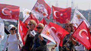 Isztambul, 2017. április 15. A legnagyobb török ellenzéki erõ, a Köztársasági Néppárt (CHP) támogatói a nem szavazatért kampányolnak Isztambulban az elnöki rendszer bevezetésérõl rendezett török népszavazás elõtti napon, 2017. április 15-én. (MTI/EPA/Sedat Suna)