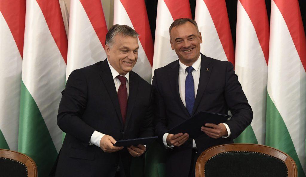 Gyõr, 2017. április 28. Orbán Viktor miniszterelnök (b) és Borkai Zsolt (Fidesz-KDNP) polgármester a Modern városok program keretében a kormány és Gyõr városa közötti együttmûködési megállapodás aláírásán a gyõri városháza dísztermében 2017. április 28-án. MTI Fotó: Koszticsák Szilárd
