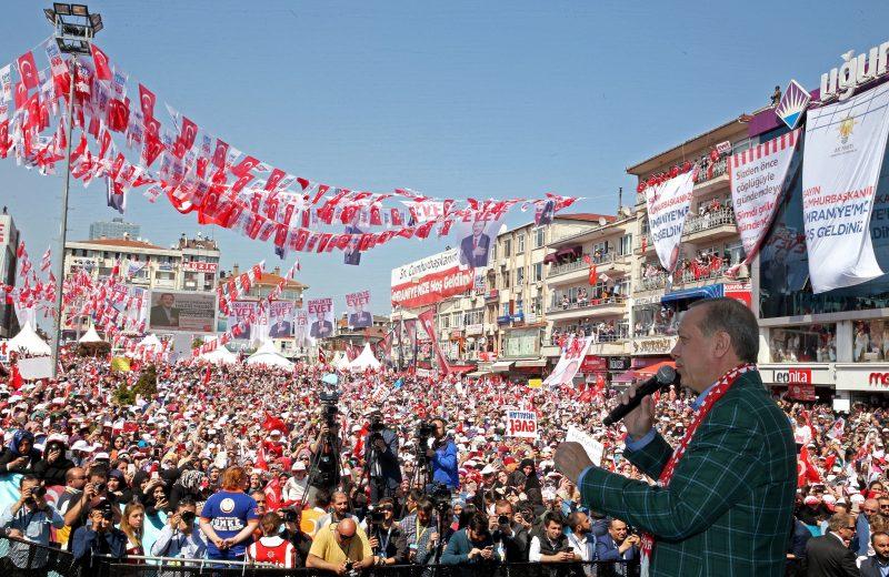 Isztambul, 2017. április 15. Recep Tayyip Erdogan török elnök kampányzáró nagygyûlésén Isztambulban 2017. április 15-én. Erdogan kezedeményezte a másnapi népszavazást, amelyen arról döntenek, bevezessék-e az elnöki rendszert Törökországban. (MTI/EPA/Török elnöki sajtóhivatal)