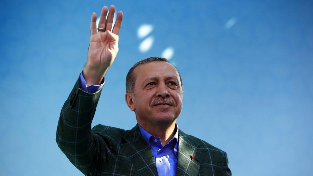 Isztambul, 2017. április 15. Recep Tayyip Erdogan török elnök kampányzáró nagygyûlésén Isztambulban 2017. április 15-én. Erdogan kezdeményezte a másnapi népszavazást, amelyen arról döntenek, bevezessék-e az elnöki rendszert Törökországban. (MTI/AP/Lefterisz Pitarakisz)