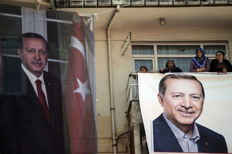 Isztambul, 2017. április 15. Recep Tayyip Erdogan török elnök beszédére várnak támogatói a politikus kampányzáró nagygyûlésén Isztambulban 2017. április 15-én. Erdogan kezdeményezte a másnapi népszavazást, amelyen arról döntenek, bevezessék-e az elnöki rendszert Törökországban. (MTI/AP/Emrah Gürel)