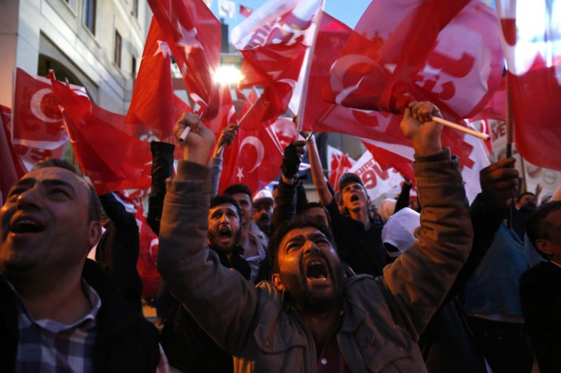 Isztambul, 2017. április 16. Recep Tayyip Erdogan török államfõ támogatói ünneplik az elnöki rendszer bevezetésérõl tartott népszavazás részeredményét a referendum napján, 2017. április 16-án Isztambulban. A szavazatok 98,2 százalékos feldolgozottsága alapján az alkotmánymódosítást támogató igen szavazatok a voksok 51,3 százalékát teszik ki. (MTI/EPA/Deniz Toprak)