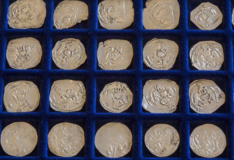 Orosháza, 2017. április 18. A márciusban Tótkomlós határában talált, 650 darabból álló Árpád-kori éremkincs ezüstérméi az orosházi Nagy Gyula Területi Múzeumban tartott sajtótájékoztatón 2017. április 18-án. Az érmeket a múzeum munkatársai és civil segítõk találták meg. MTI Fotó: Rosta Tibor