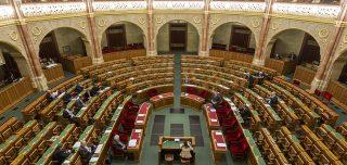 Budapest, 2017. március 20.Lázár János, a Miniszterelnökséget vezető miniszter (elöl, b) az önkényuralmi jelképek kereskedelmi célú hasznosításának tilalmáról, valamint az ezzel összefüggő egyes törvények módosításáról szóló vitában az Országgyűlés plenáris ülésén 2017. március 20-án.MTI Fotó: Szigetváry Zsolt