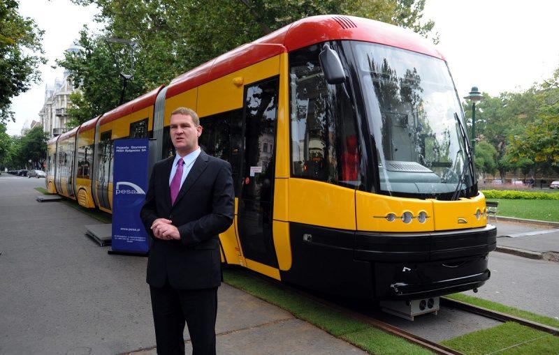 Szeged, 2010. szeptember 4. Botka László (MSZP) szegedi polgármester beszél a lengyel PESA Bydgoszcz SA Swing típusú villamosa elõtt a szegedi Széchényi téren. A szegedi önkormányzat ehhez hasonló kilenc jármûveket vásárol 16 millió euróért a lengyel gyártótól. A villamos alacsonypadlós, öt részbõl áll, három forgóvázzal, hat oldalajtóval és egy vezetõfülkével rendelkezik, 210 utas befogadására alkalmas, 42 ülõhellyel. Az elsõ jármû várhatóan jövõ szeptemberben érkezik meg a csongrádi megyeszékhelyre, a flotta többi tagját pedig a tervek szerint 2012-ben szállítják. MTI Fotó: Kelemen Zoltán Gergely