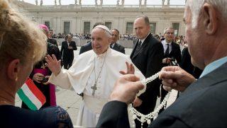 Vatikánváros, 2017. április 5. A pápai audiencián Ferenc pápa magyar zarándokokkal beszélget, miután a csévharasztiak átadták neki adományaik egyikét, egy 17 kilogrammos húsvéti sonkát a Szent Péter téren, Vatikánvárosban 2017. április 5-én. Az adományt a pápa a szegényeknek adja. A csévharasztiak összesen 72 sonkát és három levágott bárányt vittek. MTI Fotó: Koszticsák Szilárd