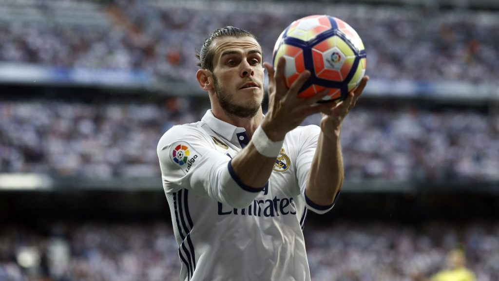 Real Madrid's Welsh forward Gareth Bale holds the ball during the Spanish league football match Real Madrid CF vs FC Barcelona at the Santiago Bernabeu stadium in Madrid on April 23, 2017. / AFP PHOTO / OSCAR DEL POZO