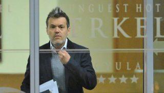 Gyula, 2013. február 6.Habony Árpád miniszterelnöki tanácsadó (j) távozik a Fidesz és a Kereszténydemokrata Néppárt évadnyitó frakcióüléséről a gyulai Erkel szállóból 2013. február 6-án.MTI Fotó: Mohai Balázs