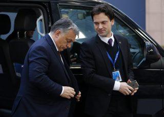Brüsszel, 2016. december 15. Orbán Viktor miniszterelnök megérkezik az EU-tagországok állam- és kormányfõinek csúcstalálkozójára Brüsszelben 2016. december 15-én. Jobbról Havasi Bertalan, a Miniszterelnöki Sajtóirodát vezetõ helyettes államtitkár. (MTI/EPA/Julien Warnand)