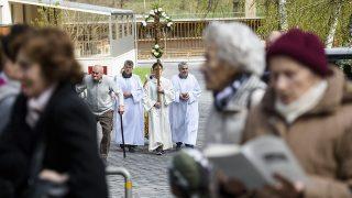 Mátraverebély, 2017. április 9.Feszületet visznek a mátraverebély-szentkúti nemzeti kegyhelyen virágvasárnap, a barkaszentelés és a szentmise kezdete előtt 2017. április 9-én. A keresztények virágvasárnap emlékeznek Jézus bevonulására Jeruzsálembe, valamint megkezdődik a nagyhét, amely a legnagyobb keresztény ünnepre, a húsvétra felkészítő nagyböjt utolsó időszaka.MTI Fotó: Komka Péter