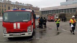 Szentpétervár, 2017. április 3.A mentőalakulatok tagjai a Szennaja téri metróállomás előtt 2017. április 3-án, miután robbanás volt a szentpétervári metró két állomásán. Legalább tíz ember életét vesztette, több tucatnyian megsérültek. (MTI/AP/AP video)