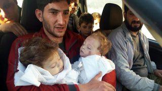 Han Sejkun, 2017. április 5. Egy feltételezett vegyifegyver-támadásban meghalt ikercsecsemõit fogja Abdul-Hamid al-Juszef Han Sejkunban 2017. április 4-én, miután feltehetõleg a szíriai kormányerõk gáztámadást intéztek az Idlíbtõl délre fekvõ település ellen. A 29 éves férfi elvesztette a feleségét, két fivérét, unokatestvéreit, és sok más családtagját is. A halálos áldozatok száma április 5-én hetvenkettõre emelkedett. (MTI/AP/Alaa al-Juszef)
