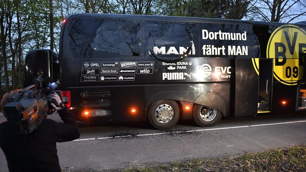 Dortmund, 2017. április 11. A Borussia Dortmund német labdarúgócsapat megrongálódott busza Dortmundban 2017. április 11-én, miután robbanások történtek a jármû közelében az AS Monaco elleni Bajnokok Ligája negyeddöntõ mérkõzés elõtt. Sajtóértesülések szerint a csapat egyik védõje, Marc Bartra megsebesült a detonációkban. (MTI/AP/Martin Meissner)