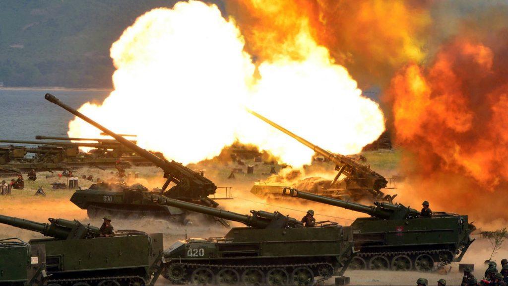 Észak-Korea, 2017. április 26. A KCNA észak-koreai hírügynökség által 2017. április 26-án közreadott képen harckocsik tüzelnek az észak-koreai hadsereg fennállásának 85. évfordulója alkalmából tartott harcászati bemutatón egy ismeretlen dél-koreai helyszínen április 25-én. (MTI/AP/KCNA)