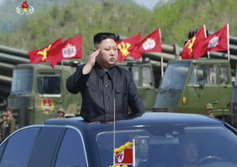 Vonszan, 2017. április 26. Az észak-koreai állami televízió, a KRT felvételérõl készült képen Kim Dzsong Un elsõ számú észak-koreai vezetõ részt vesz az észak-koreai hadsereg fennállásának 85. évfordulója alkalmából tartott harcászati bemutatón Vonszanban 2017. április 26-án. (MTI/AP/KRT)