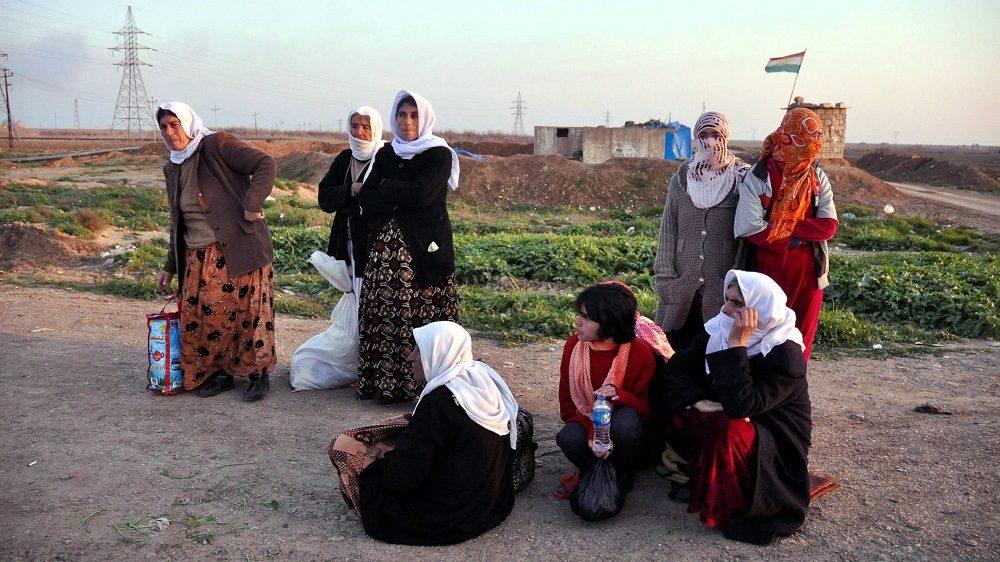 Kirkuk, 2015. január 18. A kurd anyanyelvû iraki jazidi vallási kisebbséghez tartozó nõk várakoznak az észak-iraki Kirkukban 2015. január 17-én, miután az Iszlám Állam (IÁ) szélsõséges iszlamista szervezet fegyveresei szabadon engedtek mintegy kétszáz, többségében idõs vagy beteg jazidi foglyot. (MTI/EPA/Halil al-Anei)