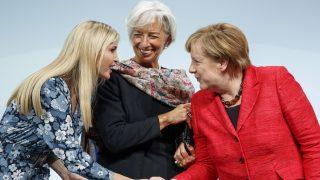 Berlin, 2017. április 25. Ivanka Trump, Donald Trump amerikai elnök lánya (b) és Angela Merkel német kancellár kezet fog Christine Lagarde, a Nemzetközi Valutaalap, az IMF vezérigazgatója társaságában egy pódiumbeszélgetésen a vállalkozói szférában való nõi szerepvállalás elõmozdítását célzó W20-konferencián Berlinben 2017. április 25-én. (MTI/EPA/Carsten Koall)